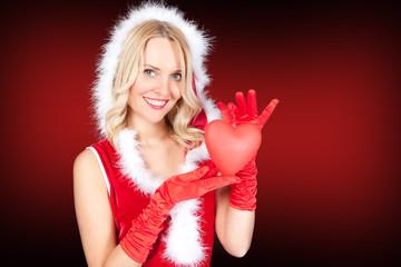 Miss Santa hält Herz in der Hand