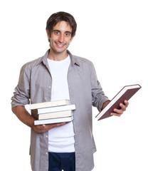 Mann mit schwarzen Haaren hält ein Buch