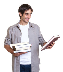 Mann mit schwarzen Haaren betrachtet ein Buch