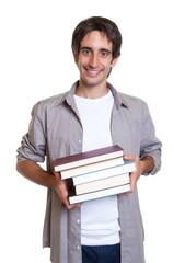 Mann mit schwarzen Haaren kommt aus der Bücherei