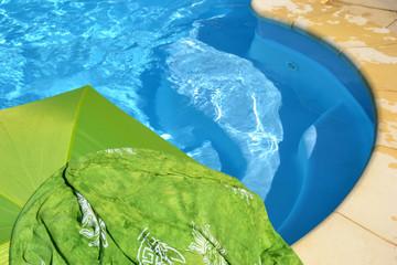 Carte Postale - Paréo vert au bord de la piscine