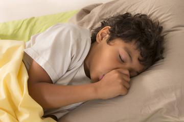 enfant endormi suçant son pouce