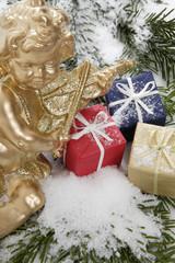 Weihnachtspäckchen und Weihnachtsengel , close up
