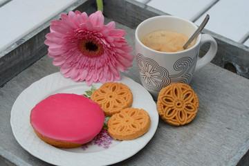 Koffie met koekjes met roze gerbera