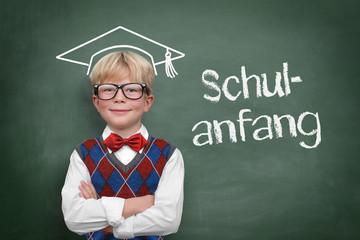Blonder Junge vor der Tafel / Schulanfang