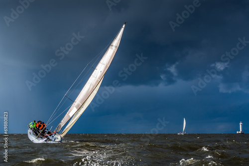 Foto Spatwand Jacht Sailing in a gale