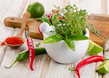 Moździerz z ziołami i papryką chili