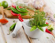 Moździerz z ziołami i czerwonym chili