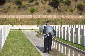 Mezarlıkda Yaşlı Adam