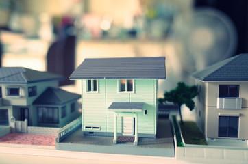 ポップカラーのミニチュアの家