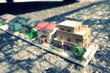 道路の上できれいに並んでいるミニチュアの建築