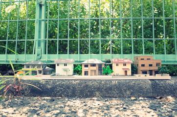 フェンスの上にたくさん並んでいるミニチュアの家