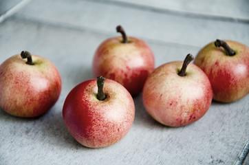 Fünf Äpfel