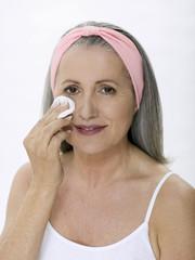 Ältere Frau Entfernen von Make up,Portrait