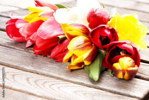 canvas print picture farbenfrohe Tulpen auf Holz