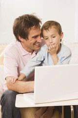 Vater und Sohn ( 4-5 ) mit Laptop