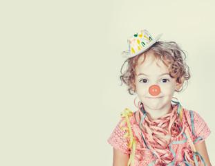 Bambina con naso da clown