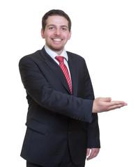 Geschäftsmann im schwarzen Anzug präsentiert
