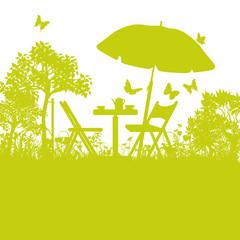 Gartenstühle mit Sonnenschirm im Garten