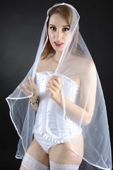 Braut in weißer Corsage trägt Schleier