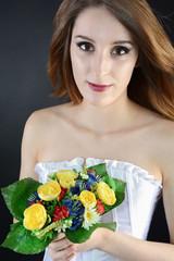 Twen in Corsage mit Strauß Blumen