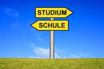 Schild Wegweiser: Schule / Studium