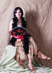 Девушка с веером и в боа