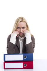 Frau ist im Büro überarbeitet und müde