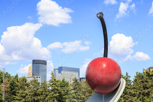 Poster Artistiek mon. Cherry sculpture in Minneapolis garden, Minnesota.