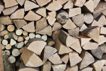 gesägtes und gestapeltes Brennholz