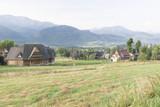 Drewniany dom na górskim zboczu - 69897672