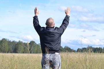Мужчина в поле.