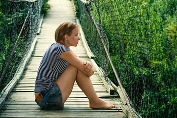 Портрет одинокой девушки на мосту