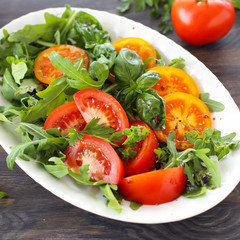 Rucola mit Tomaten mit Basikum