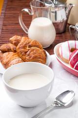 Prima colazione con donuts, brioches e tazza di  latte
