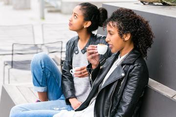 Beste Freunde beim Kaffeetrinken