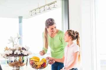 Familie isst frisches Obst für gesunde Ernährung