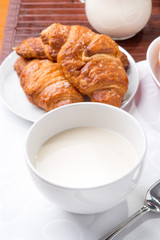 Prima colazione con brioches e tazza di latte