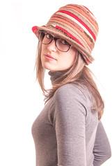 Donna con occhiali e cappello