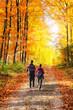 Gemeinsam wandern im Herbstwald