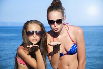 dziewczyny posyłają całusy