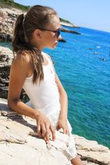 dziewczyna pozuje nad morzem