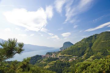 Garda See mit grünen Bergen Himmel u Wolken