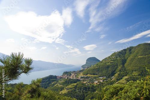 canvas print picture Garda See mit grünen Bergen Himmel u Wolken