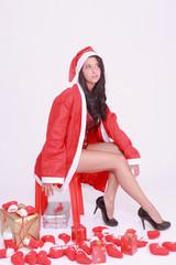 Junge Frau in Dessous und Mantel mit Mütze vom Nikolaus
