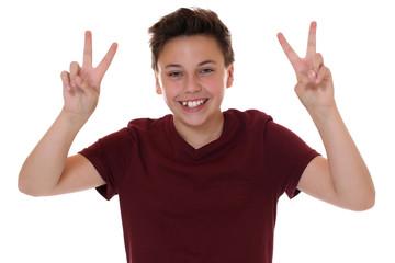 Erfolgreicher Junge beim Siegen mit Victory Zeichen
