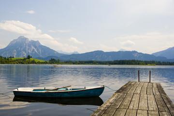 Steg mit Boot und Bergen