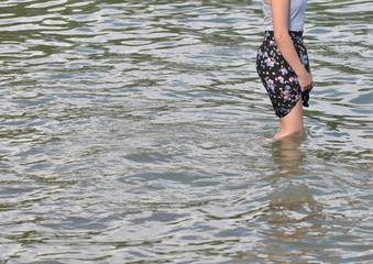 Erfrischung im Wasser mit gerafftem Rock