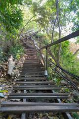 lange Holztreppe