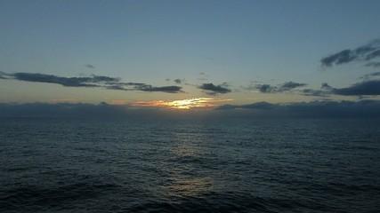 洋上から眺めたオホーツクの夕やけ_2